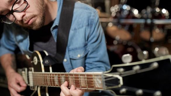 Eine E-Gitarre für die Musikbibliothek